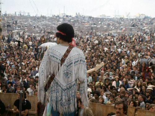 Jimi Hendrix sur la scène de Woodstock en 1969 (musicboxtheatre.com)