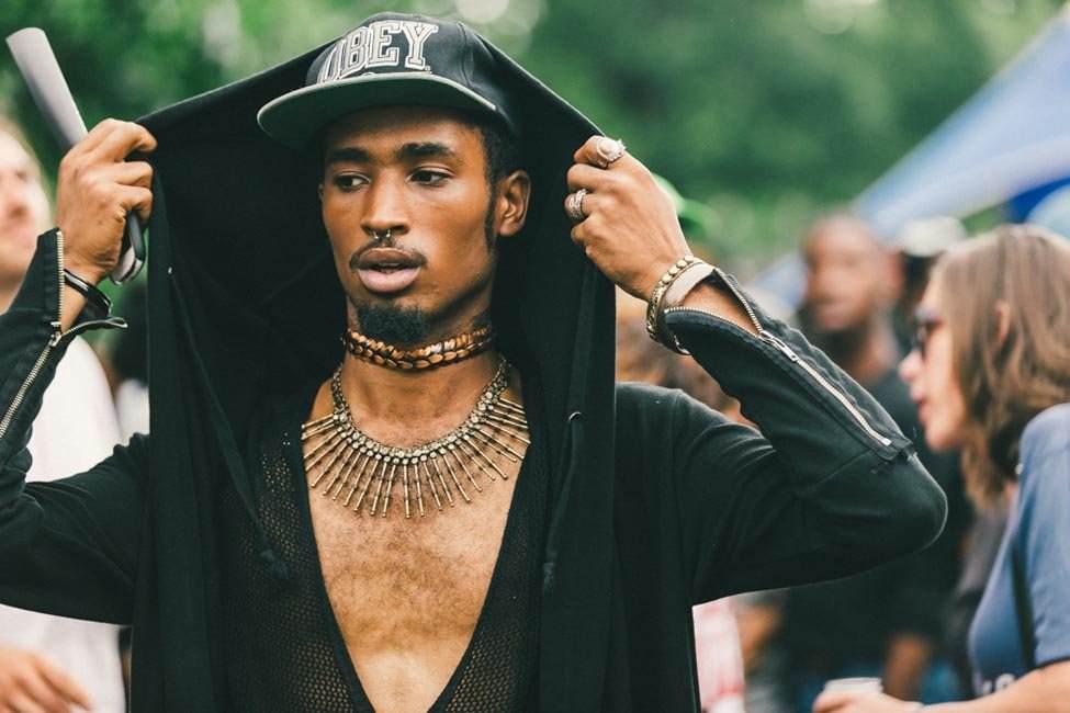 Look Neo Punk avec casquette Obey et bijoux imposants (photo Drielys)